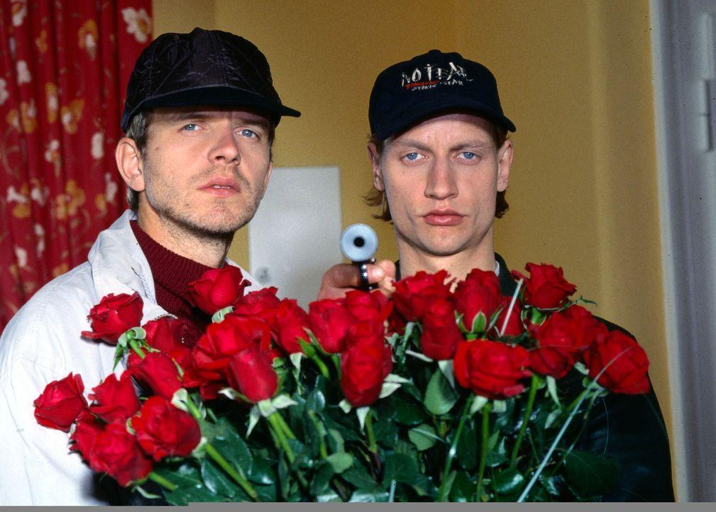 """""""Für dich soll's rote Rosen regnen"""" - oder doch nicht? Oleg Kiprov (Victor Schefé, r.) und Ilja Saizev (Henrik Lauerwald, l.) überfallen - als Blume... - Bildquelle: Ali Schafler Sat.1"""