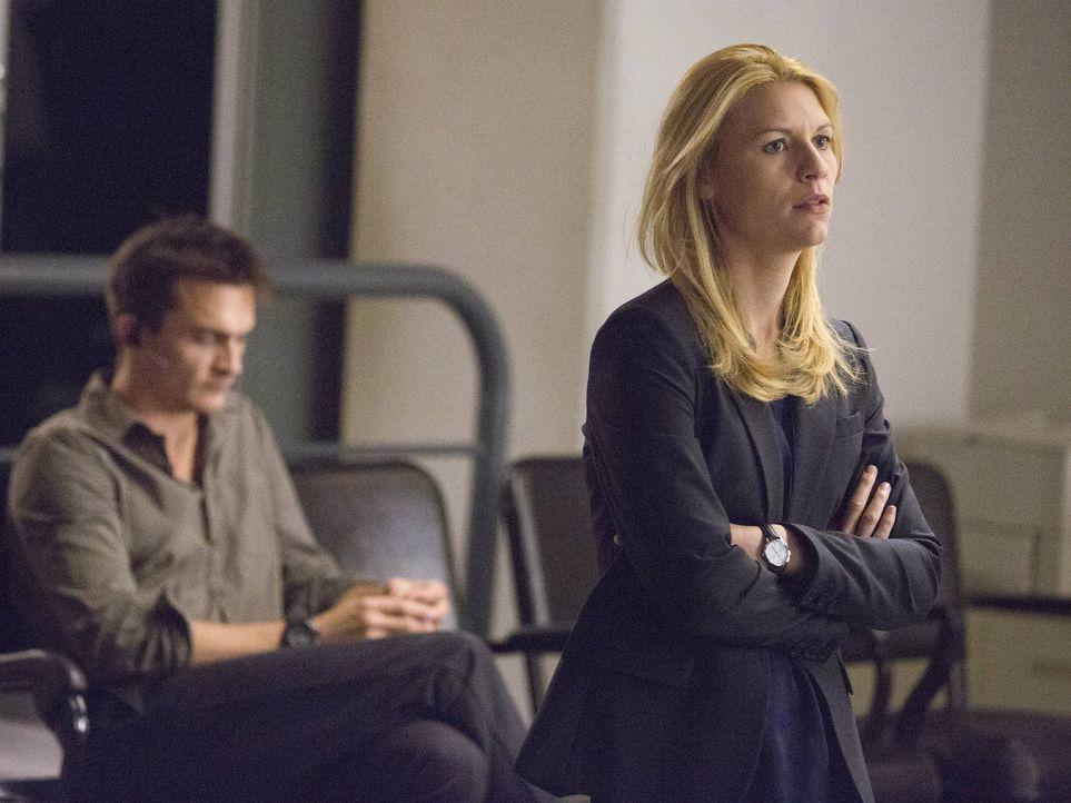 Während Quinn (Rupert Friend, l.) etwas Überraschendes über Carrie (Claire Danes, r.) heraus findet, zwingt eine aufkommende Krise Fara dazu, wieder... - Bildquelle: 2013 Twentieth Century Fox Film Corporation. All rights reserved.