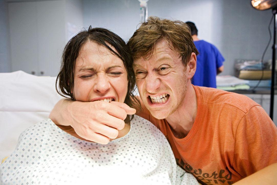 Bei der Geburt seiner Zwillinge versucht Philip (Maxim Mehmet, r.) seiner Freundin Nina (Jana Pallaske, l.) so gut wie möglich beizustehen. Dass es... - Bildquelle: Conny Klein Warner Bros.
