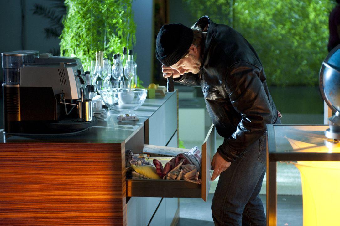 Um Beweismittel sicherzustellen, betätigt sich Mick (Henning Baum) nicht nur als Schatzsucher, sondern auch als Einbrecher ... - Bildquelle: SAT.1