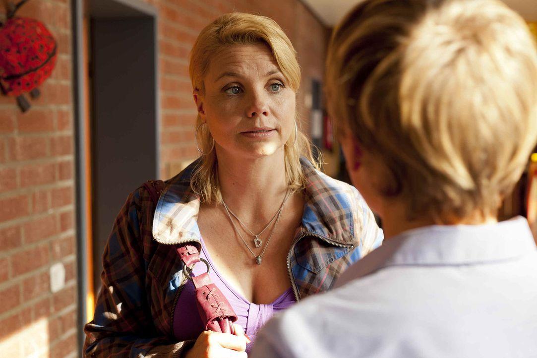Um herauszufinden, ob sich Manuel wirklich an einem Mädchen im Kindergarten vergangen hat, schreckt Danni (Annette Frier, l.) vor nichts zurück ... - Bildquelle: SAT.1