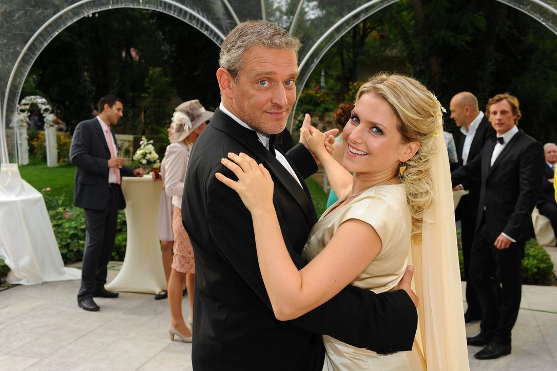 Genießen den Tag: Anna (Jeanette Biedermann, r.) und Ingo (Wolfgang Wagner, l.) ... - Bildquelle: SAT.1