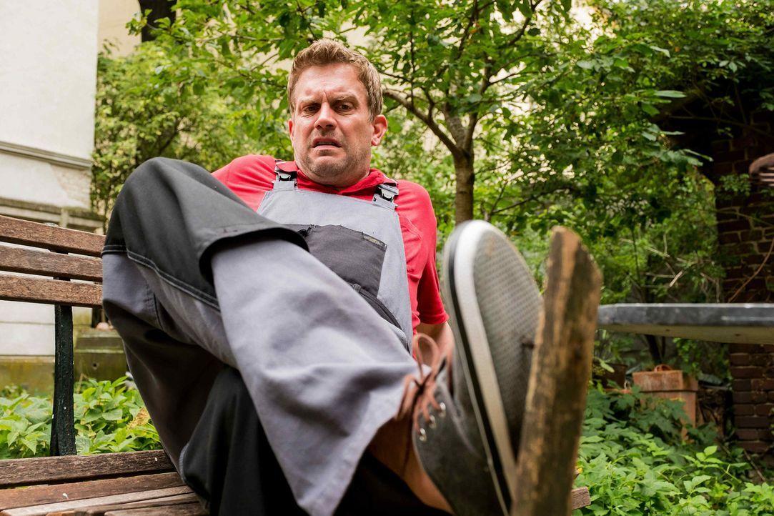 Tappt beinahe in jede Falle, die das renitente Haus ihm stellt: der leidenschaftliche Heimwerker Kai (Sebastian Bezzel) ... - Bildquelle: Gordon Mühle SAT.1