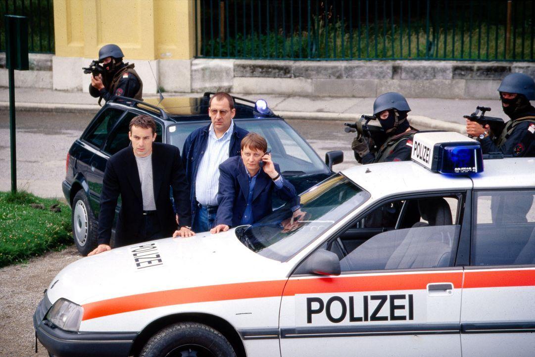 Kommissar Brandtner (Gedeon Burkhard, l.), Höllerer (Wolf Bachofner, M.) und Böck (Heinz Weixelbraun, r.) versuchen mit Hilfe eines Einsatzkommand... - Bildquelle: Sat.1