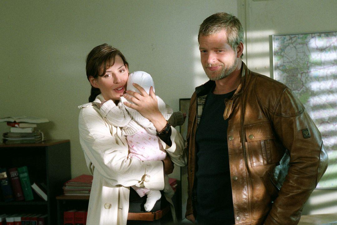 Nina (Elena Uhlig, l.) und Leo (Henning Baum, r.) wundern sich über den plötzlichen Kinderzuwachs der Dezernatsleiterin Hubrecht. - Bildquelle: Sat.1