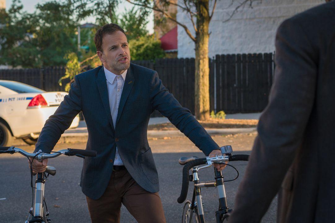 Als Sherlock (Jonny Lee Miller) herausfindet, dass Alfredo mit so einigen Problemen zu kämpfen hat, versucht er, seinem einstigen Sponsor zu helfen... - Bildquelle: Michael Parmelee 2015 CBS Broadcasting Inc. All Rights Reserved.