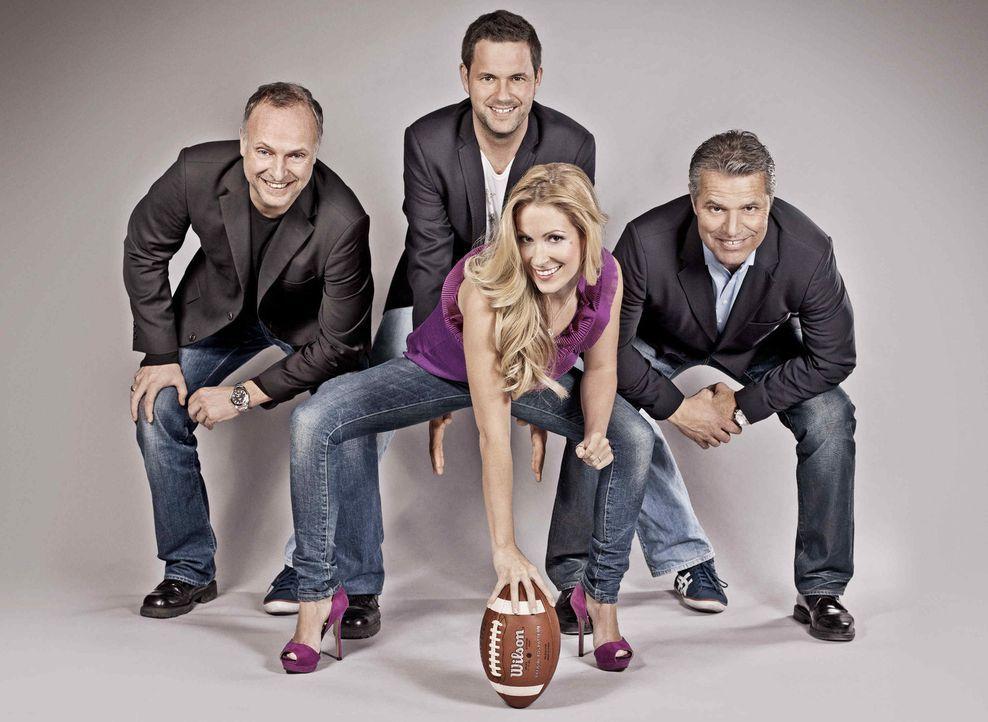 "(v.l.n.r.) Frank Buschmann, Matthias Killing, Andrea Kaiser und Jan Stecker moderieren ""ran Super Bowl"". - Bildquelle: SAT.1"
