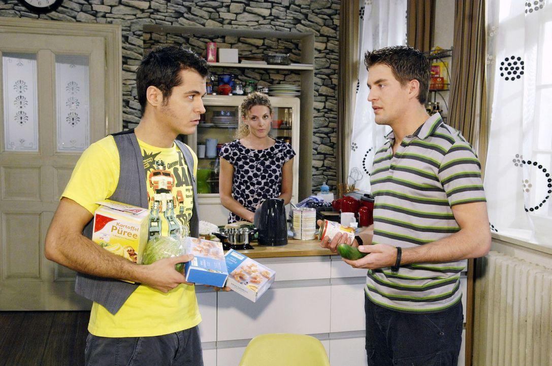 Lars (Alexander Klaws, r. ) bittet Maik (Sebastian König, l. ) und Maja (Barbara Lanz, M. ) die WG zu verlassen, damit er einen romantischen Abend... - Bildquelle: Sat.1