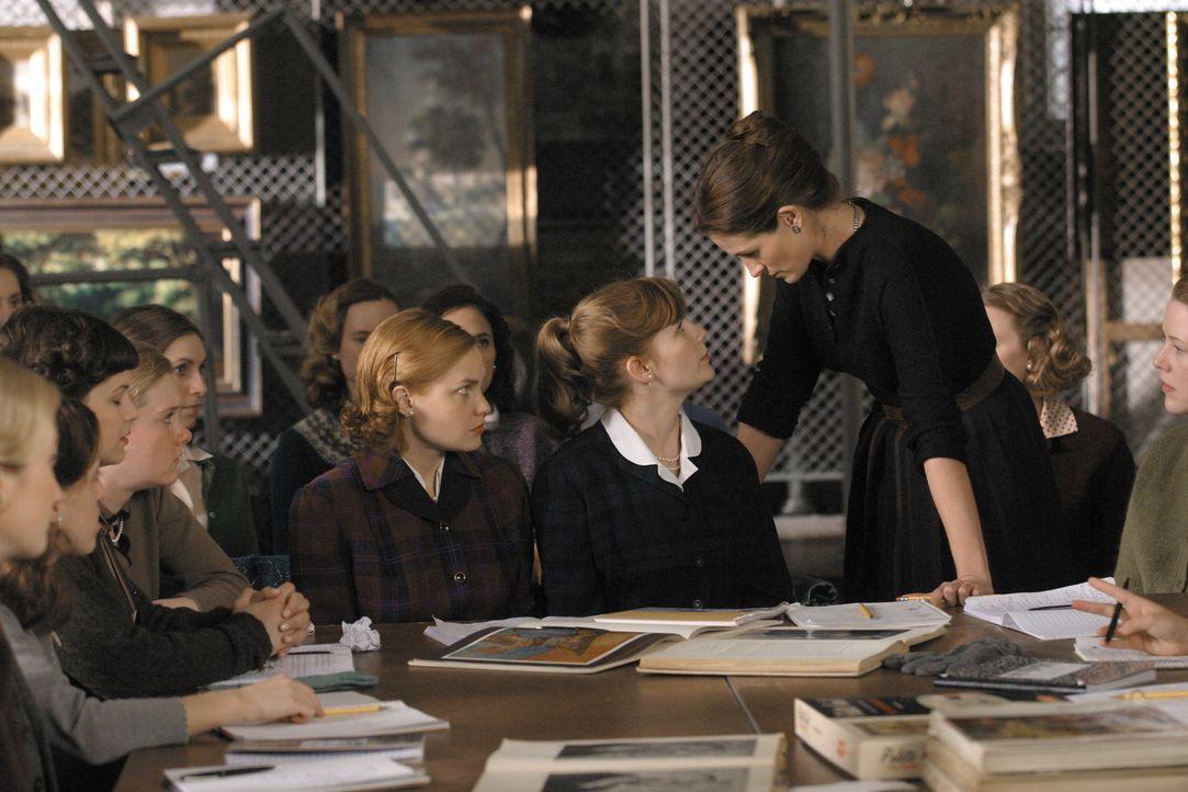 Als Katherine (Julia Roberts, r.) versucht, die traditionsbewussten jungen Mädchen zu unabhängigem Denken und zur Entfaltung ihrer individuellen T... - Bildquelle: 2004 Sony Pictures Television International. All Rights Reserved.
