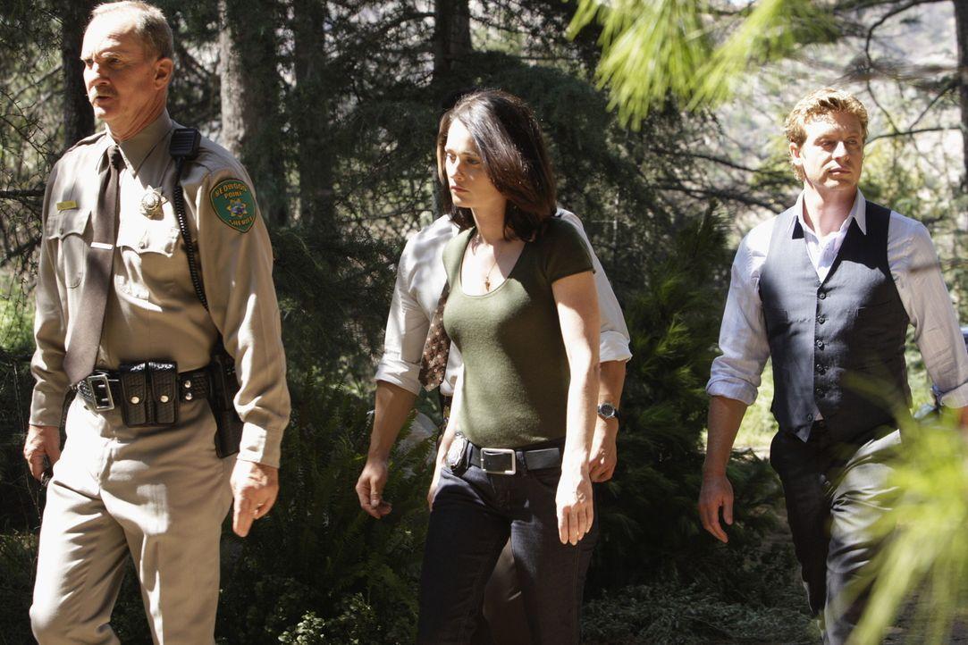 Machen sich auf den Weg zum Tatort, um eventuelle Spuren des Tathergangs zu finden: Sheriff Nelson (Michael O'Neill l, l.), Teresa Lisbon (Robin Tun... - Bildquelle: Warner Bros. Television