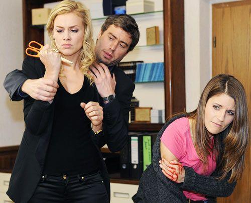 Alexandra verliert tief verletzt die Fassung und attackiert Bea. Julian versucht sie zu beruhigen ... - Bildquelle: Christoph Assmann - Sat1