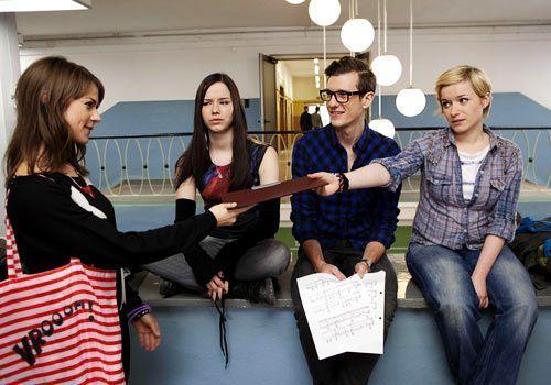 Jenny fordert ihr Referat und erfährt von Luzi, Hotte und Emma vom Radio-Wettbewerb ... - Bildquelle: David Saretzki - Sat1
