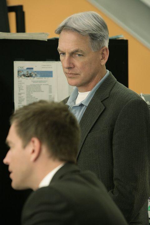 Müssen die Rollen tauschen, damit ein alter Fall gelöst werden kann: Gibbs (Mark Harmon, r.) und Tony (Michael Weatherly, l.) ... - Bildquelle: CBS Television