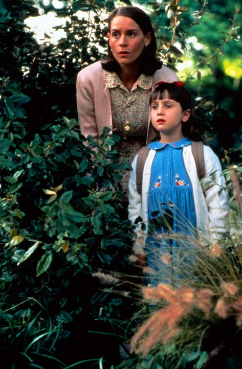 Miss Honig (Embeth Davidtz, l.) und Matilda (Mara Wilson, r.) beobachten die fiese Rektorin Knüppelkuh ... - Bildquelle: Columbia TriStar