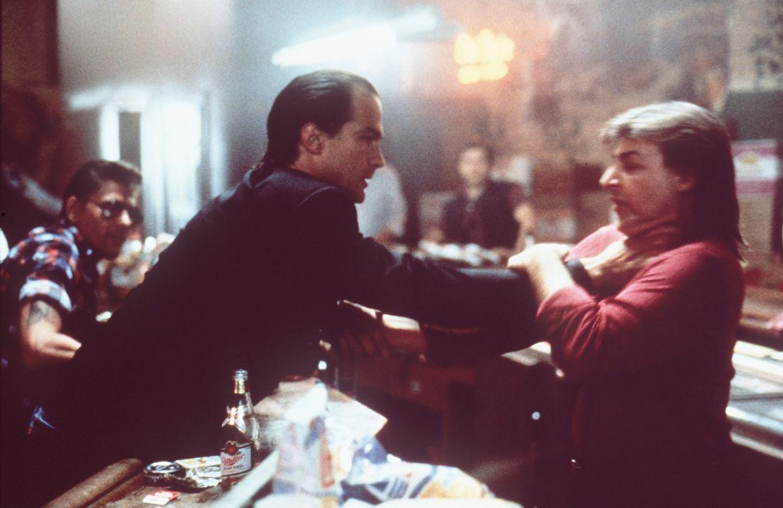 Schon bald wird Nico (Steven Seagal, l.) von seinem Vorgesetzten angewiesen, seine Finger von dem Fall Salvano zu lassen. Nun wird Nico erst recht h... - Bildquelle: Warner Bros.