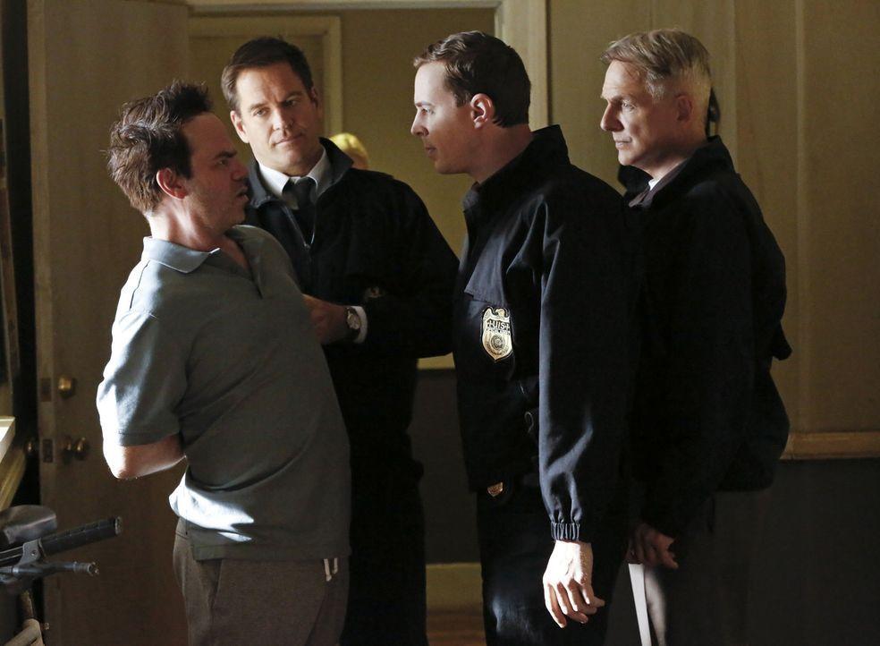 Was hat Mashir Malik (Jes Rees, l.) mit dem aktuellen Fall zu tun? Gibbs (Mark Harmon, r.), McGee (Sean Murray, 2.v.r.) und Tony (Michael Weatherly,... - Bildquelle: Robert Voets CBS Television