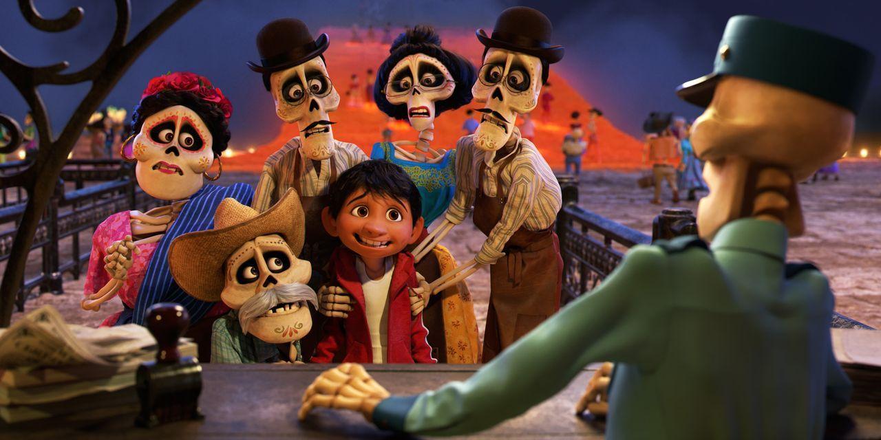 (v.l.n.r.) Tante Rosita; Uropa Julio; Onkel Oscar; Miguel; Tante Victoria; Onkel Felipe - Bildquelle: 2017 Disney/Pixar. All Rights Reserved.