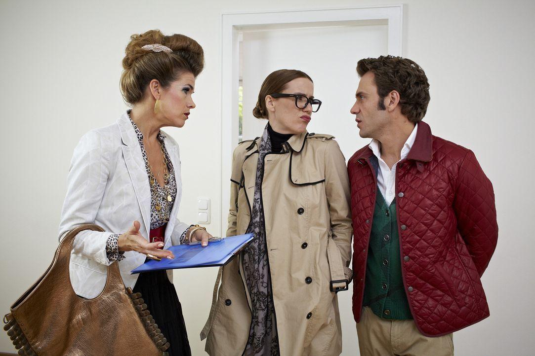 Ein Pärchen (Bettina Lamprecht, M. und Daniel Wiemer, r.) ist auf der Suche nach einer Wohnung mit drei Zimmern. Die Maklerin (Anke Engelke, l.) hat... - Bildquelle: Guido Engels SAT.1