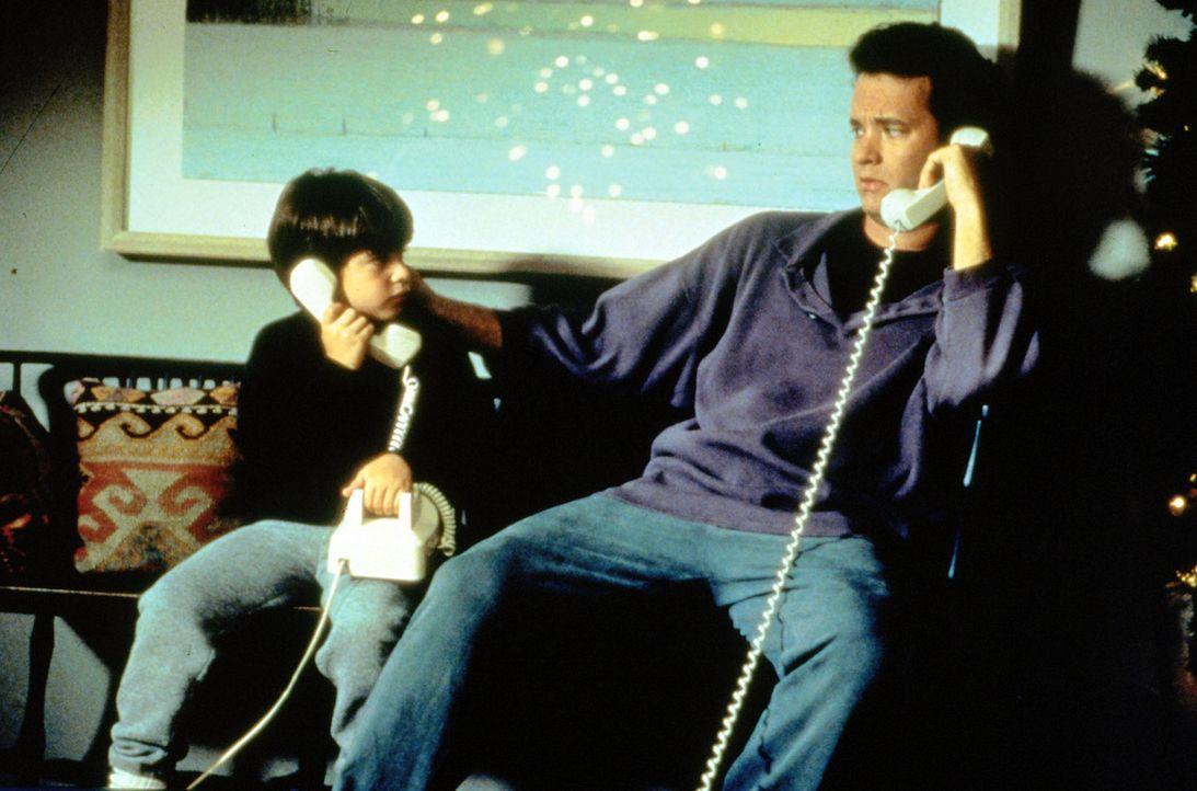 Sam (Tom Hanks, r.) und Jonah (Ross Malinger, l.) sprechen über ihre Gefühle... - Bildquelle: Columbia TriStar