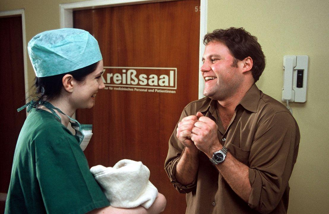 Mann (Mirco Reseg, r.) ist soeben Vater geworden, eigentlich ein Grund zur Freude. Aber diese Krankenschwester (Emily Wood, l.) holt ihn schnellstm - Bildquelle: Sat.1