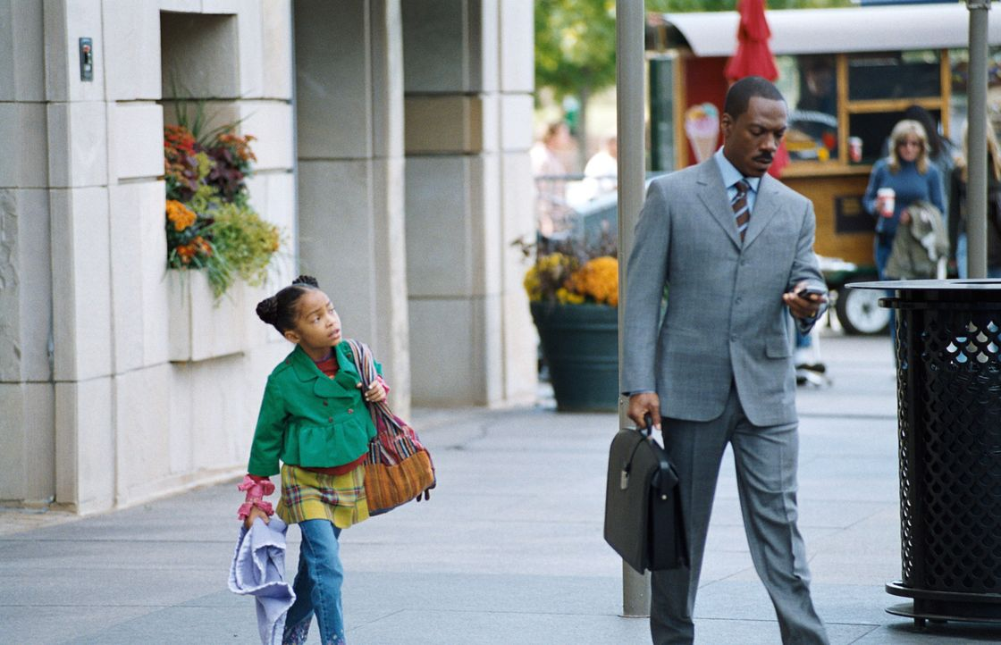 Für Finanzmanager Evan Danielson (Eddie Murphy, r.) steht die Arbeit an erster Stelle - seine siebenjährige Tochter Olivia (Yara Shahidi, l.) beko... - Bildquelle: 2009 BY PARAMOUNT PICTURES. ALL RIGHTS RESERVED