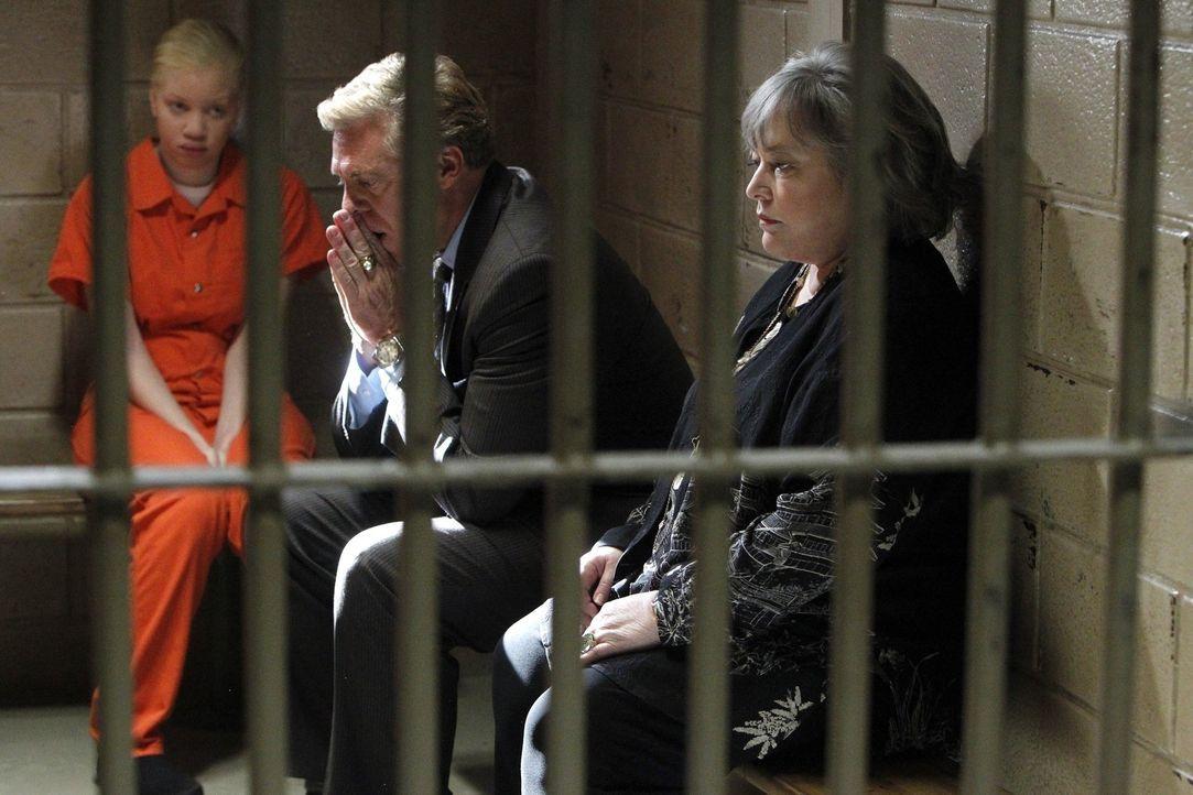 Harry (Kathy Bates, r.) und Tommy (Christopher McDonald, M.) verteidigen vier tansanische illegale Albinos. Da ihnen in ihrer Heimat Lebensgefahr dr... - Bildquelle: Warner Bros. Television