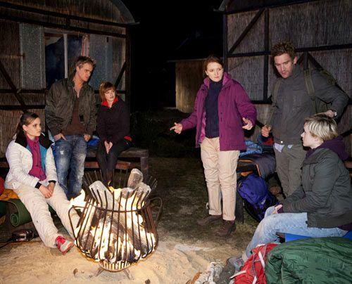 Während Gabriele John überzeugt, doch noch nach Ben und Bea zu suchen, freuen sich die Schüler auf einen Abend ohne Aufsicht. - Bildquelle: David Saretzki - Sat1
