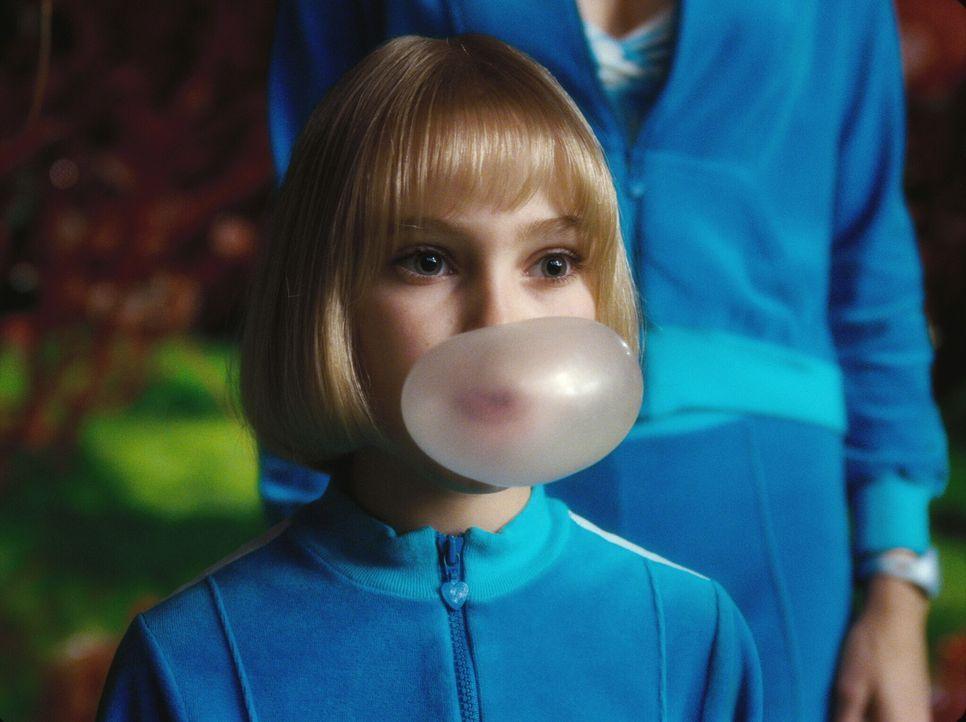 Violetta Beauregarde (Anna Sophia Robb), Champion im Kaugummikauen, findet ebenfalls eines der heißbegehrten Tickets für die Führung durch die Schok... - Bildquelle: Warner Bros. Pictures