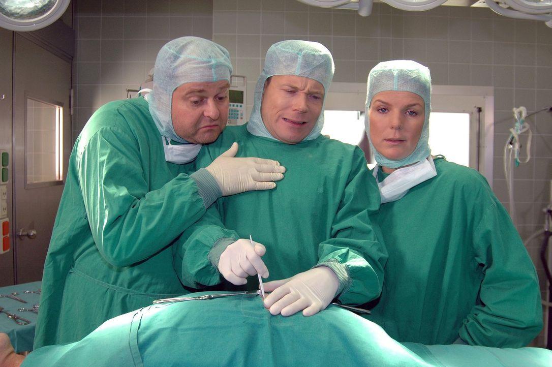 Doktor Wegner (Mathias Schlung, M.) hat sich immer noch nicht an den Anblick von Blut gewöhnt. Markus (Markus Majowski, l.) und Mirja (Mirja Boes,... - Bildquelle: Sat.1