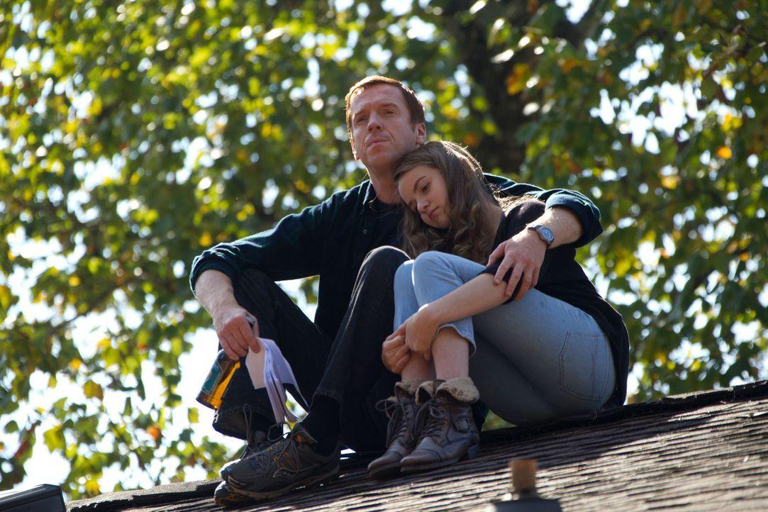 Die Verzweiflung in Danas (Morgan Saylor, r.) Stimme verhindert zwar ein schreckliches Ereignis, aber kann sie ihren Vater Nicholas (Damian Lewis, l... - Bildquelle: 20th Century Fox International Television