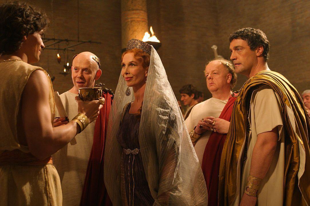 Auf Antonius' (Vincent Regan, r.) Landsitz lernt Octavius (Santiago Cabrera, l.) Servilia (Trudie Styler, M.), Brutus' Mutter, kennen. Kann er der e... - Bildquelle: Hallmark Entertainment