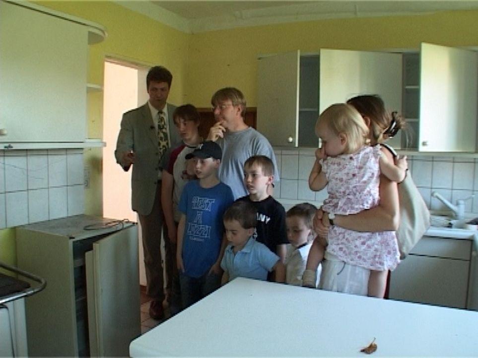 Die Wohnungssuche der Familie Landwehr gestaltet sich schwieriger als gedacht. Obwohl Vater Christian eine hohe Miete aufbringen kann, gibt es kaum... - Bildquelle: Sat.1