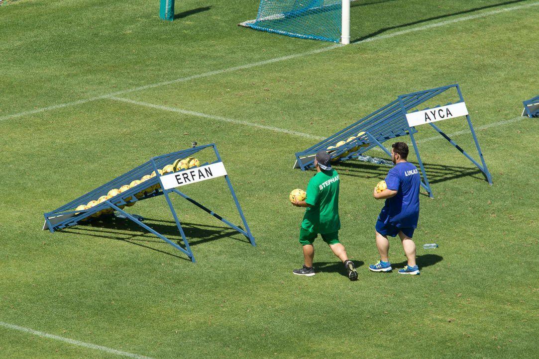 Taktik ist alles für Stephano (l.) und Lukas (r.) ... - Bildquelle: Enrique Cano SAT.1