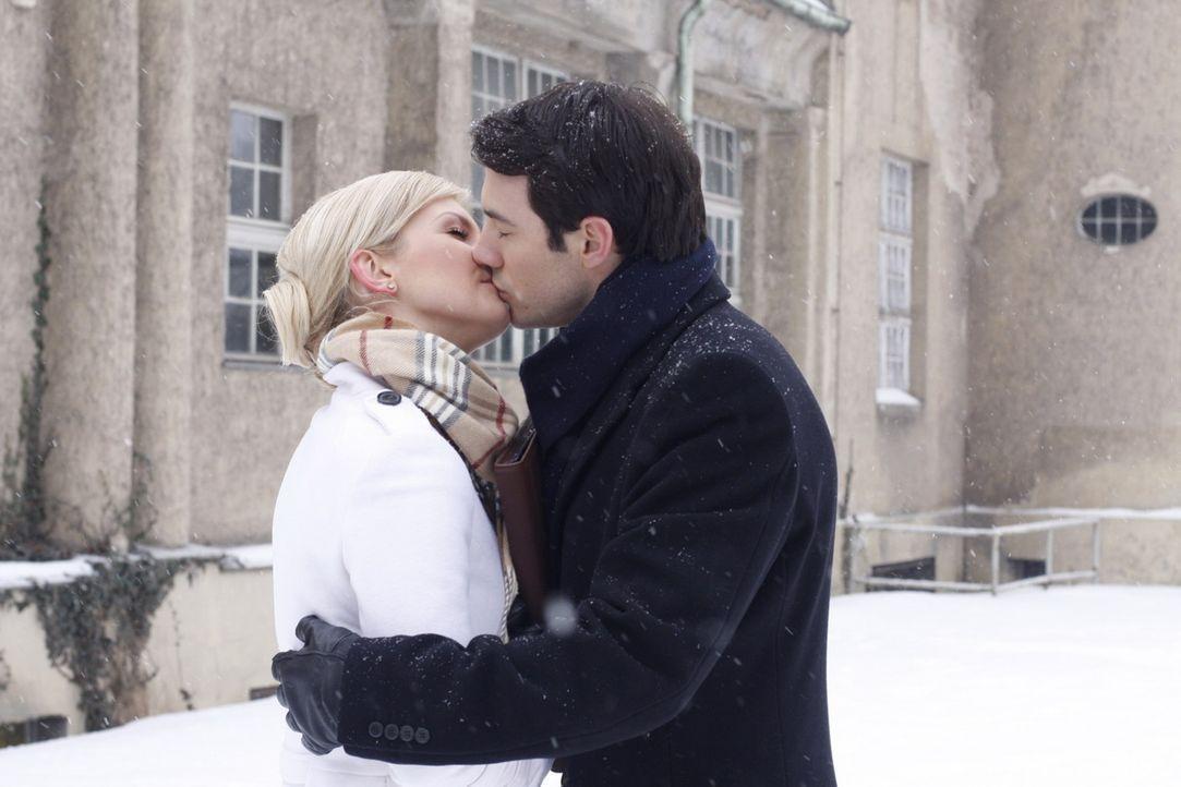 Sind Alexandra Aden (Ivonne Schönherr, l.) und Mark Braun (Arne Stephan, r.) wieder glücklich miteinander? - Bildquelle: SAT.1