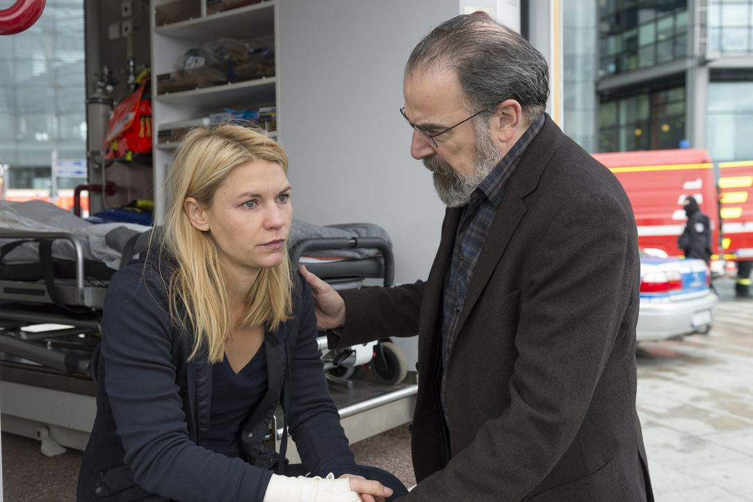 Während Saul (Mandy Patinkin, r.) versucht, Allison zu finden, macht sich Carrie (Claire Danes, l.) große Sorgen um Quinn ... - Bildquelle: Stephan Rabold 2015 Showtime Networks, Inc., a CBS Company. All rights reserved.