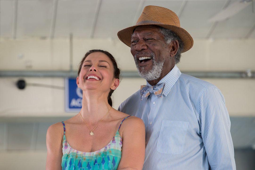 Delfinliebhaberin Lorraine (Ashley Judd, l.) und Dr. McCarthy (Morgan Freeman, r.), der Delfin Winter das Leben gerettet hat, stehen vor einer neuen... - Bildquelle: Warner Brothers Entertainment Inc.
