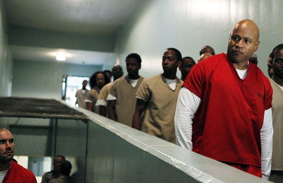 Um Moe zu beschützen, geht Sam (LL Cool J, r.) undercover ins Gefängnis ... - Bildquelle: CBS Studios Inc. All Rights Reserved.