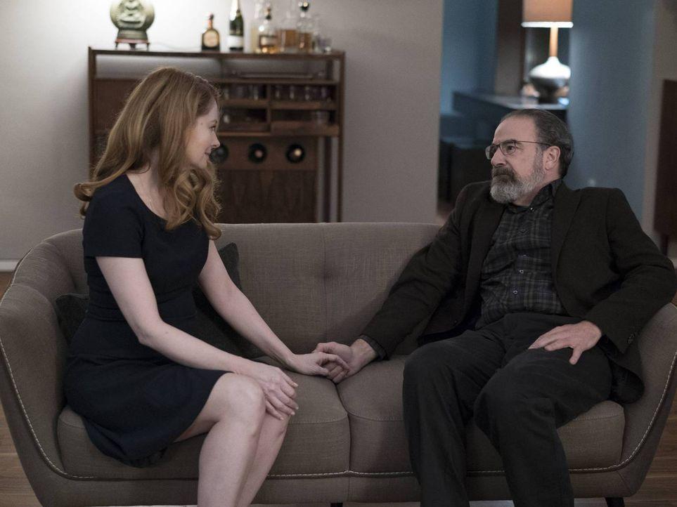 Nachdem Carrie herausgefunden hat, dass Allison (Miranda Otto, l.) eine Verräterin ist, konfrontiert sie Saul (Mandy Patinkin, r.) damit. Gemeinsam... - Bildquelle: Stephan Rabold 2015 Showtime Networks, Inc., a CBS Company. All rights reserved.