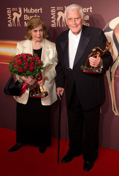 Joachim Fuchsberger und seine Frau Gundel  - Bildquelle: Jörg Carstensen/dpa +++(c) dpa - Bildfunk+++ Verwendung nur in Deutschland