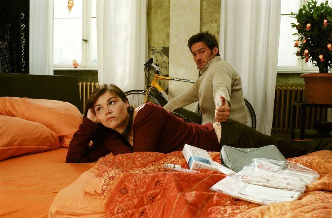 Die künstliche Befruchtung ist beschlossene Sache: Als Ehemann muss Uli (Benjamin Sadler, r.) Pia (Katharina Wackernagel, l.) Medikamente spritzen -... - Bildquelle: Sat.1