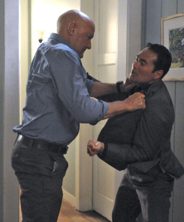 Joe (Terry O'Quinn, l.) bekommt überraschend Besuch von Wo Fat (Mark Dacascos, r.) ... - Bildquelle: TM &   CBS Studios Inc. All Rights Reserved.