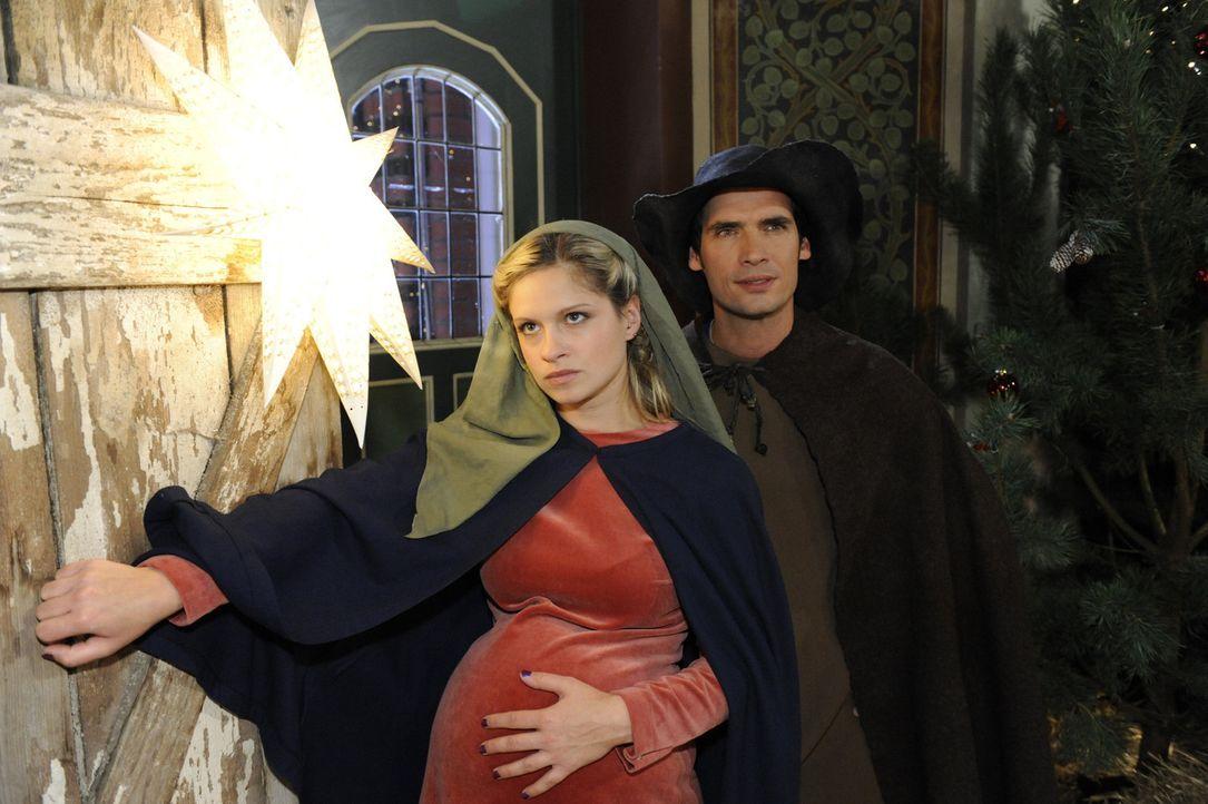 Mia (Josephine Schmidt, l.) und Alexander (Paul Grasshoff, r.) gehen im Streit auseinander. Umso überraschter sind sie, als sie auf dem Charity-Eve... - Bildquelle: SAT.1