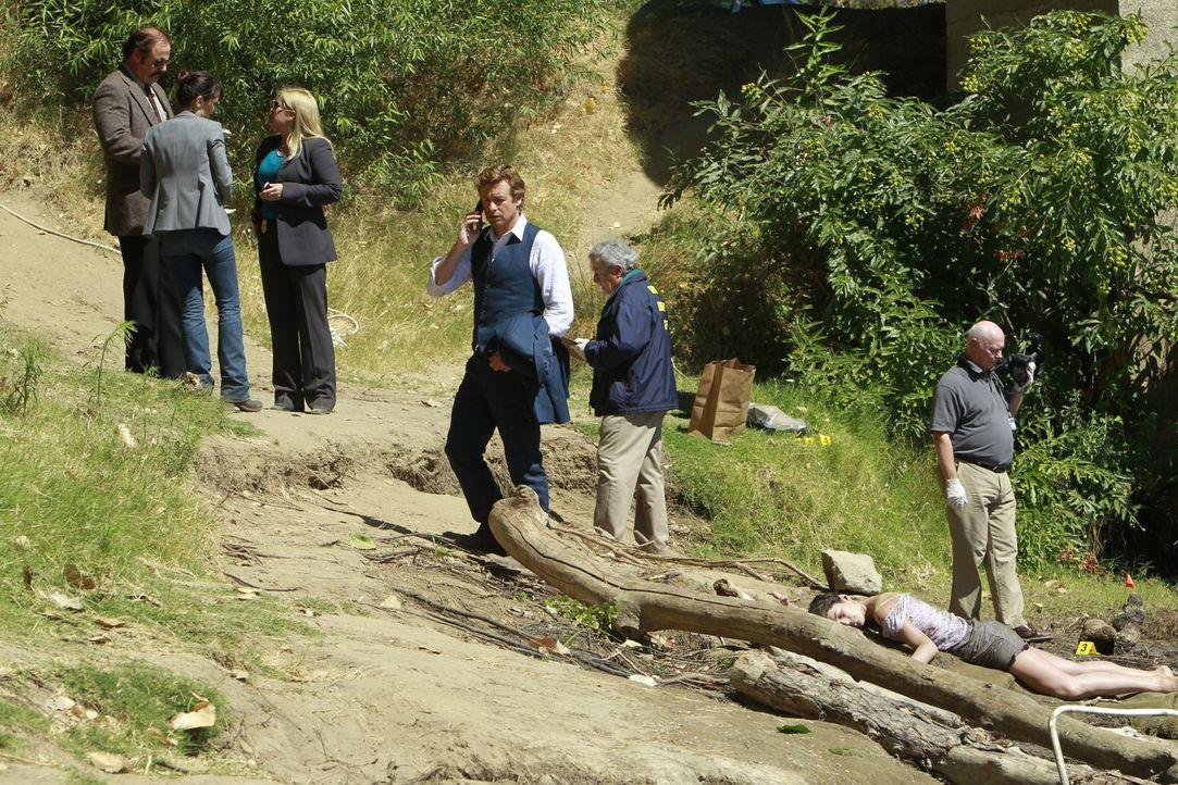 Kurz nachdem am Ufer des Sacramento River die Leiche einer ermordeten Frau gefunden wird, bekommt Patrick (Simon Baker, M.) einen Anruf mit einer sc... - Bildquelle: Warner Bros. Television