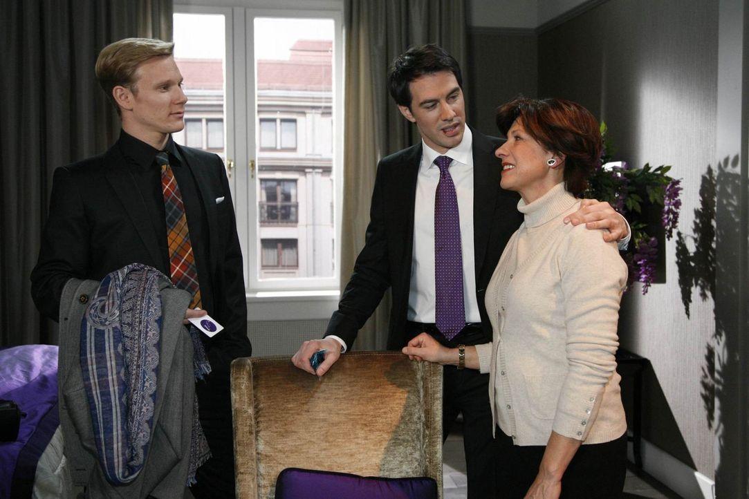 Philip (Philipp Romann, l.) tritt die Flucht nach vorn an. Er erzählt Ingrid (Olivia Silhavy, r.), dass Mark (Arne Stephan, M.) in seiner Schuld st... - Bildquelle: SAT.1