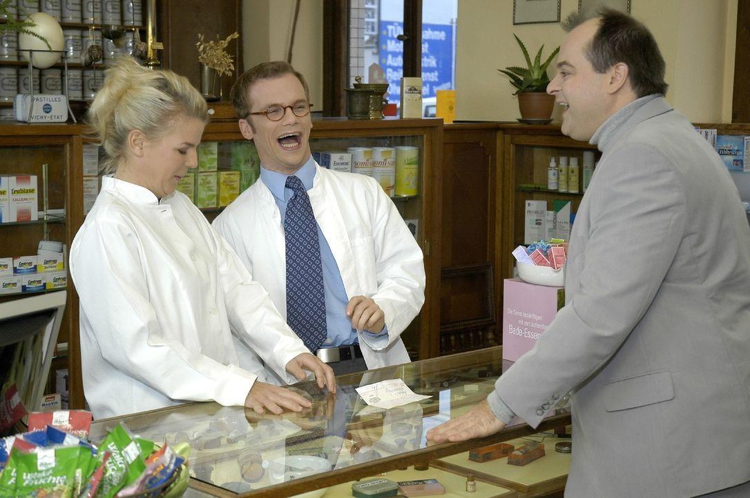 """Mit den """"Dreisten Drei"""" (v.l.n.r.) Mirja Boes, Ralf Schmitz und Markus Majowski kann es auch in der Apotheke lustig werden. - Bildquelle: Oliver S. Sat.1"""