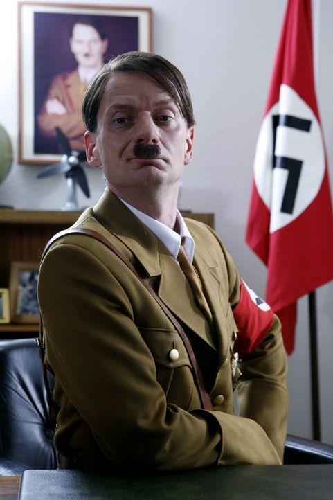 """(3. Staffel) - Geswitcht: Hitler (Michael Kessler) übernimmt in """"Switch Reloaded"""" Strombergs Büro ... - Bildquelle: Kai Schulz ProSieben / Kai Schulz"""