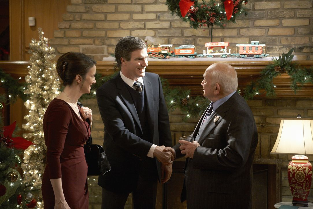 Während Curtis (Doug Murray, 2.v.l.) und Catherine Baxter (Ellie Harvie, l.) sich auf einer Weihnachtsparty von ihrem Chef Mr. Carson (Ed Asner, r.)... - Bildquelle: 2012 Twentieth Century Fox Film Corporation.  All rights reserved.