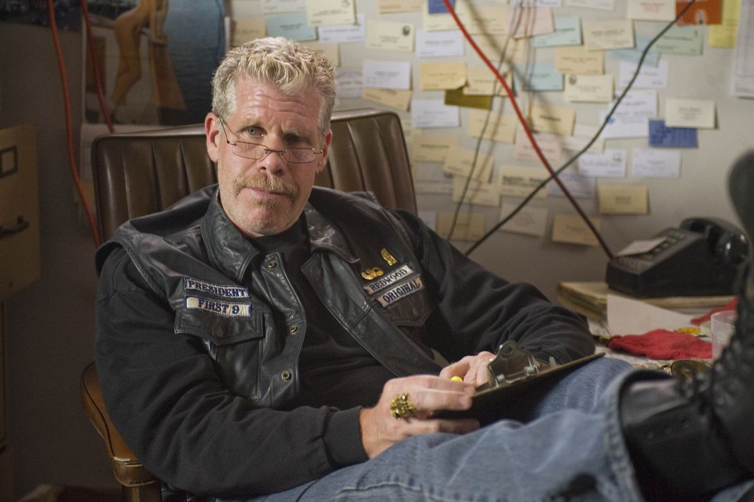 """Clay (Ron Perlman) und seine Jungs geraten zunehmend unter Druck, da nach einer forensischen Untersuchung mit dem abgebrannten Lagerhaus der """"Bluebi... - Bildquelle: 2008 FX Networks, LLC. All rights reserved."""