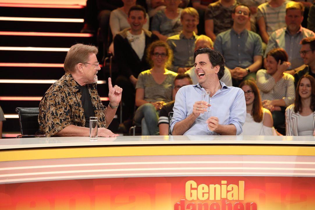 Haben ziemlich viel Spaß bei der Antwortsuche: Bastian Pastewka (r.) und Jürgen von der Lippe (l.) ... - Bildquelle: Frank Hempel SAT.1