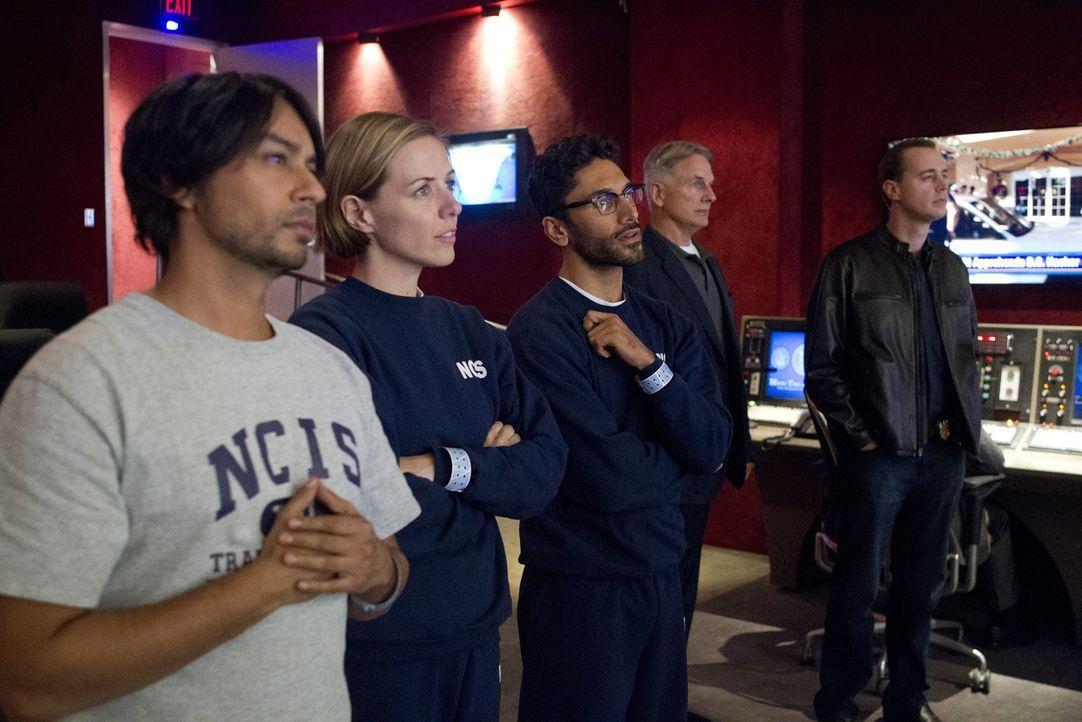 Um einen Fall eines Hackerangriffs zu lösen, wenden sich Gibbs (Mark Harmon, 2.v.r.), McGee (Sean Murray, r.) und das restliche Team an Ajay (Vik Sa... - Bildquelle: CBS Television